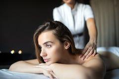 Concept de santé, de beauté, de station de vacances et de relaxation - belle femme dans le salon de station thermale obtenant le  photo libre de droits