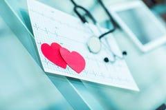 concept de santé : coeur de papier de deux rouges sur l'électrocardiogramme, le cardiologue Photo stock