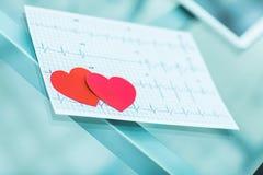 concept de santé : coeur de papier de deux rouges sur l'électrocardiogramme, le cardiologue Photographie stock