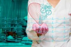 Concept de santé et de médecine - le docteur féminin tenant un coeur rouge avec des vitesses avec l'ecg raye Image stock