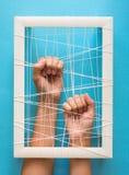 Concept de santé mentale Les mains du ` s de femmes essayent de casser les chaînes sur le fond bleu photographie stock