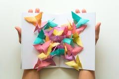 Concept de santé mentale Papillons de papier colorés se reposant sur le livre dans la forme du papillon Émotion d'harmonie Origam images libres de droits