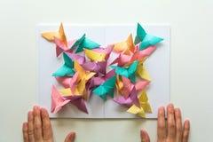 Concept de santé mentale Papillons de papier colorés se reposant sur le livre dans la forme du papillon Émotion d'harmonie Origam image libre de droits