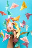 Concept de santé mentale Papillons de papier colorés volant et se reposant sur des mains du ` s de femme Émotion d'harmonie Origa photos stock