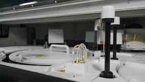 Concept de sant? Le dispositif médical professionnel fait l'analyse de sang humain, supports pour mettre des échantillons et des  banque de vidéos