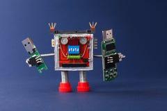 Concept de secours de l'information Robot avec le bâton d'instantané d'usb d'appareils mobiles macro vue, fond bleu photographie stock