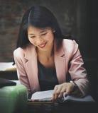 Concept de secrétaire Reading Book Story de femme d'affaires photos stock