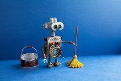 Concept de service d'étage de lavage de nettoyage Décapant de robot avec le balai jaune, seau de l'eau, plancher rapide Conceptio images stock