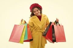 Concept de Shopaholic Des signes vous ?tes adonn? ? l'achat Sacs ? provisions mignons de groupe de prise de petite fille d'enfant image stock