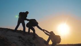 Concept de silhouette de voyage d'affaires d'aide de travail d'?quipe Le groupe de touristes prête le mode de vie un coup de main clips vidéos