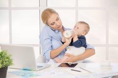 Concept de soin d'amour de maternité de Parenting de mère et d'enfant Photo libre de droits
