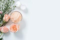 Concept de soin de peau configurations plates de style de remèdes de soins de la peau en paquet avec le label vide avec les matér photo libre de droits