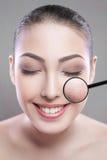 Concept de soins de la peau et de beauté - visage de belle jeune femme avec le sourire au-dessus du fond gris défaut de peau sur  photo stock