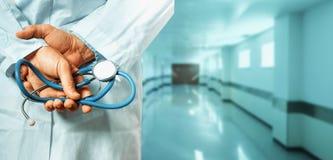 Concept de soins de santé et de médecine Docteur Docteur masculin méconnaissable Hands With Stethoscope derrière le sien de retou Images libres de droits