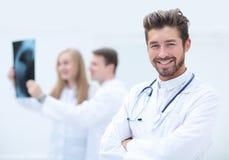 Concept de soins de santé, médical et de radiologie - médecins regardant x Photos libres de droits