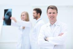 Concept de soins de santé, médical et de radiologie - médecins regardant x Photo stock