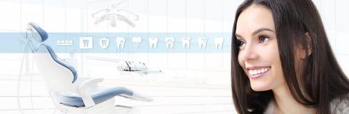 Concept de soins dentaires, belle femme de sourire sur la clinique b de dentiste photos stock