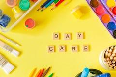 Concept de soins de jour - approvisionnements et jouets d'art sur le fond lumineux photos stock