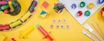 Concept de soins de jour - jouet et approvisionnement d'art image libre de droits