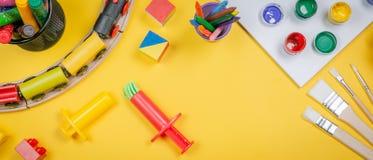 Concept de soins de jour - jouet et approvisionnement d'art Images stock