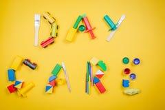 Concept de soins de jour - lettres faites en jouets et approvisionnement d'art Photo libre de droits