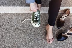 Concept de soins de santé Femme aux pieds nus d'affaires s'asseyant à l'escalier à Image stock