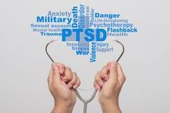 Concept de soins de santé Mains de docteur tenant un stéthoscope et un PTSD photographie stock libre de droits