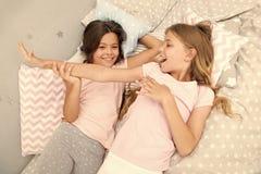 Concept de soir?e pyjamas les filles d'amusement ont juste pour vouloir Invitez l'ami pour le sleepover Meilleurs amis pour toujo photographie stock