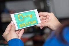 Concept de solution sur un smartphone photographie stock