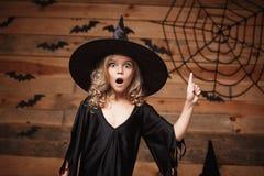 Concept de sorcière de Halloween - le plan rapproché a tiré du visage choquant de petit enfant caucasien de sorcière posant avec  photo libre de droits