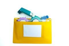 Concept de soulagement d'asthme, inhalateur de salbutamol, un autre médicament Image libre de droits