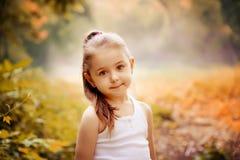 Concept de sourire de bonheur d'enfants Portrait extérieur d'une petite fille de sourire mignonne Photographie stock libre de droits