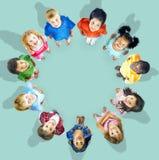 Concept de sourire d'amitié de bonheur d'enfants multi-ethniques Images stock