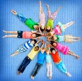 Concept de sourire d'amitié de bonheur d'enfants multi-ethniques Photo stock