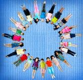 Concept de sourire d'amitié de bonheur d'enfants multi-ethniques Image stock