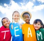 Concept de sourire d'amitié de bonheur d'enfants multi-ethniques Photographie stock libre de droits