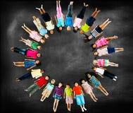 Concept de sourire d'amitié de bonheur d'enfants multi-ethniques Photos stock