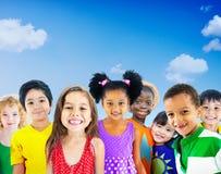 Concept de sourire d'innocence d'amitié d'enfants de diversité Photographie stock libre de droits