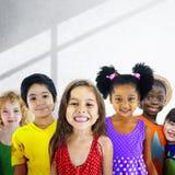 Concept de sourire d'innocence d'amitié d'enfants de diversité Image stock