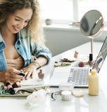 Concept de sourire d'ordinateur portable de manucure femelle photos stock