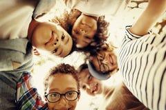 Concept de sourire de bonheur d'unité d'amitié d'enfants Photo stock