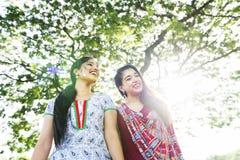Concept de sourire de parc de deux amis indiens Images libres de droits