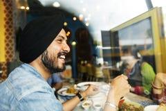 Concept de sourire de restaurant d'homme indien images stock
