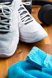 Concept de sport écouteurs, chaussures et serviette Photos libres de droits