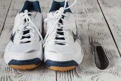 concept de sport, de forme physique, de chaussures, de chaussures et d'objets - fermez-vous vers le haut d'o Images stock