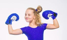 Concept de sport et de santé Sport de boxe pour la femelle Soyez fort Enfant de fille avec les gants bleus posant sur le fond bla photo libre de droits