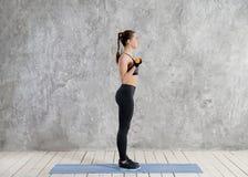 Concept de sport, de forme physique, de formation et de bonheur - mains sportives de femme avec les haltères rouge-clair photographie stock