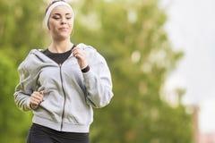 Concept de sport : Jeune formation courante de femme de forme physique extérieure dans t Photographie stock