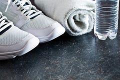Concept de sport serviette, chaussures et eau dans la bouteille Image stock