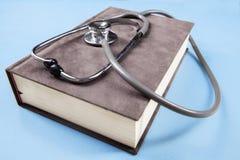 Concept de stéthoscope et de manuel pour l'éducation médicale Image libre de droits